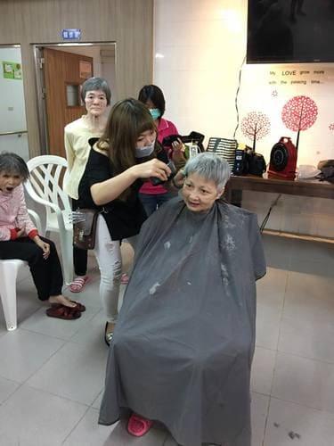 屏安醫院附設養護中心義剪 帶領美髮學員義剪