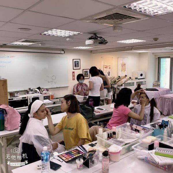 美容丙級保証班學員加強消毒衞生練習,彩妝練習!